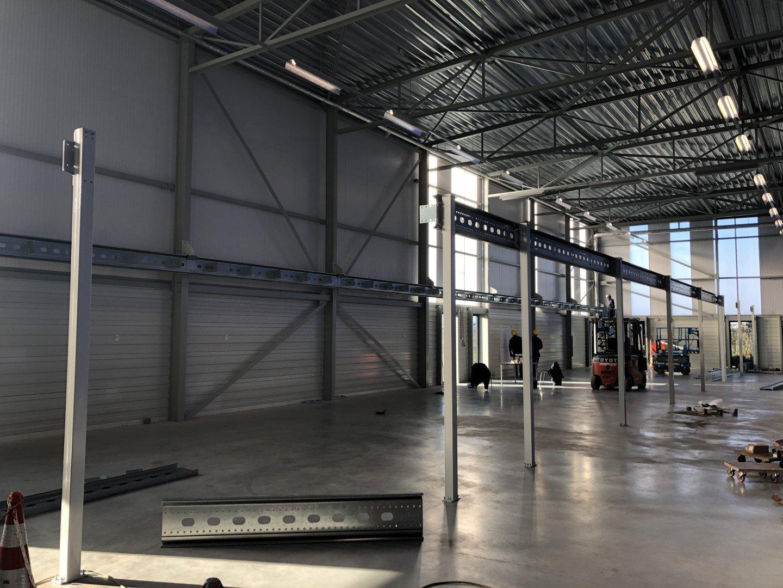 Donker bedrijfspand Jeveka waarin is gestart met het stalen frame van de kantoortuin.