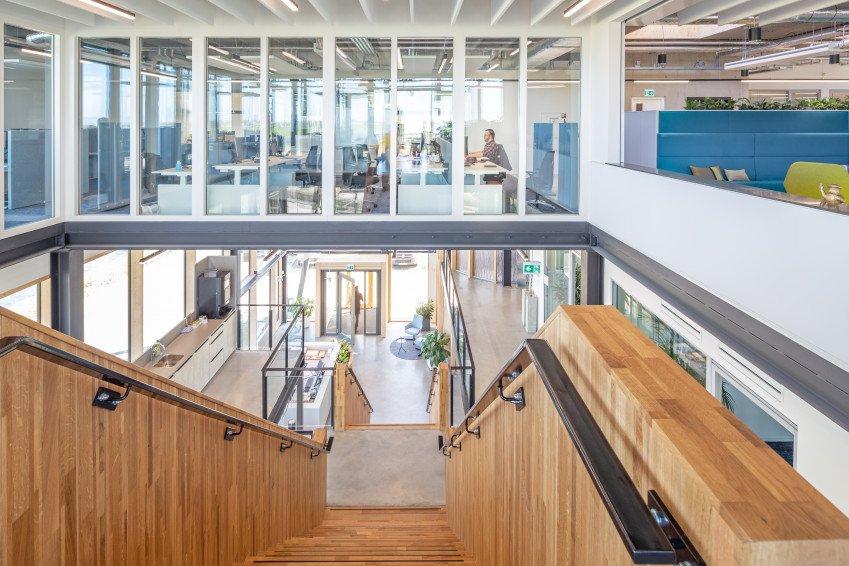 Glazen systeemwanden en schuifdeuren, één van de vijf circulaire elementen in ons nieuwe kantoor