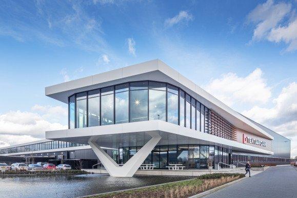 Exterieur bedrijfspand met showroom Textaafoam Tilburg ontwerp Heembouw Architecten