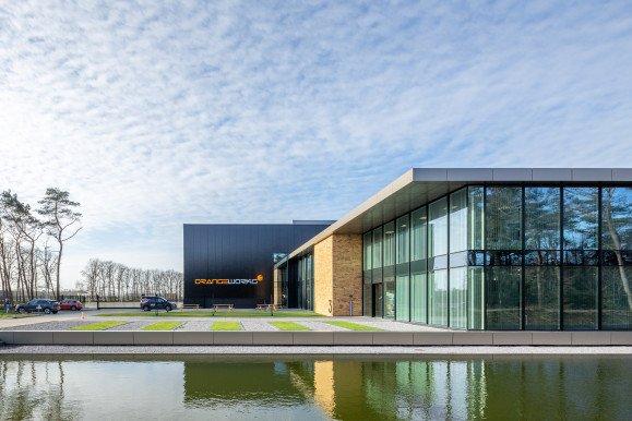 Exterieur Productielocatie met kantoor Orangeworks Oss ontwerp Heembouw Architecten