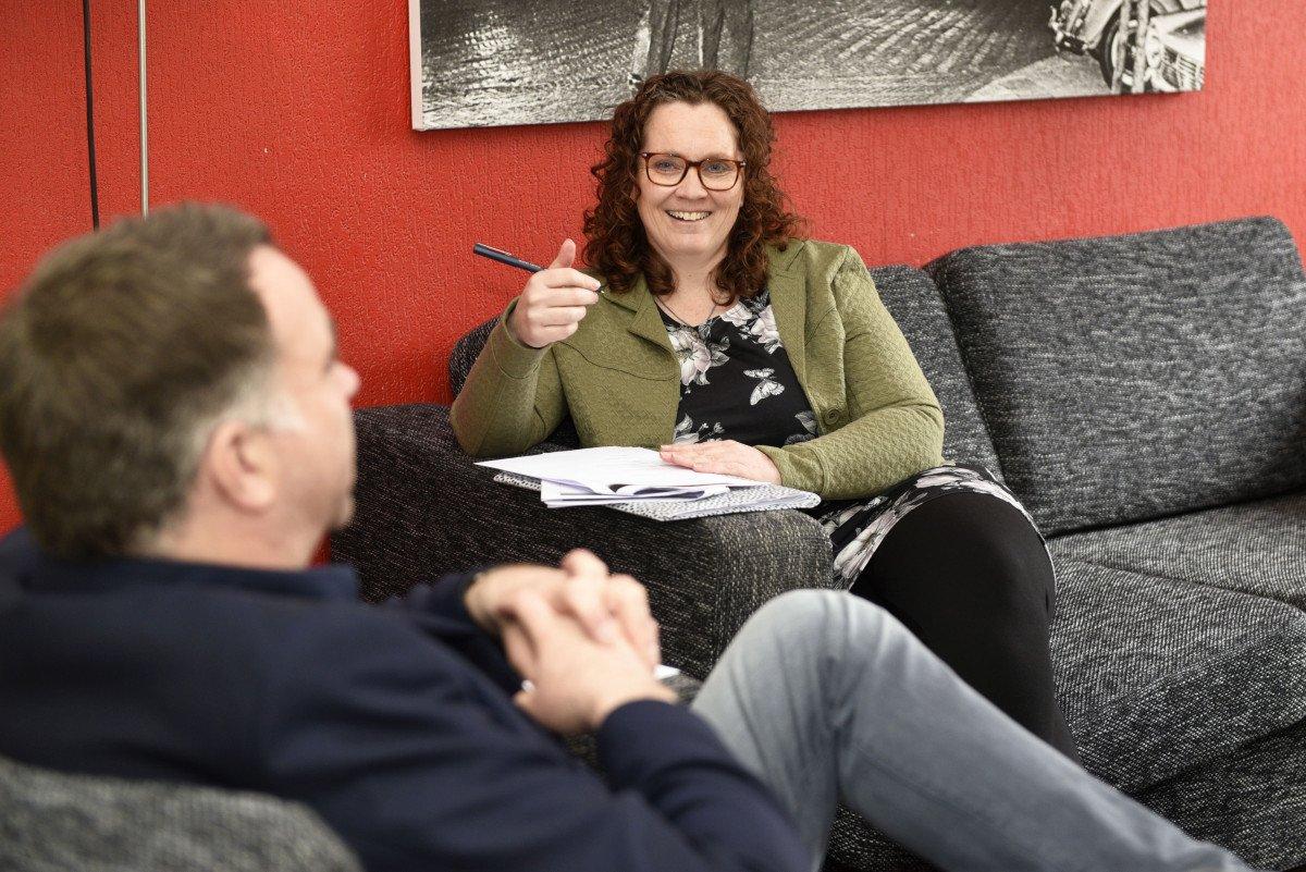 Bewonersbegeleider Liset Heembouw gesprek bewoner