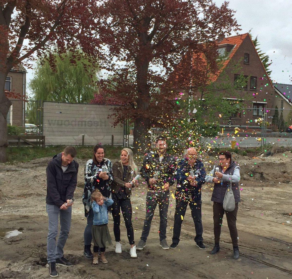 Nieuwbouw 3 woningen de Oevers toekomstige bewoners met confetti