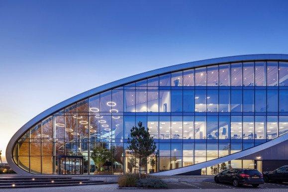 Gevel duurzaam distributiecentrum met kantoor New Logic 3 in Tilburg