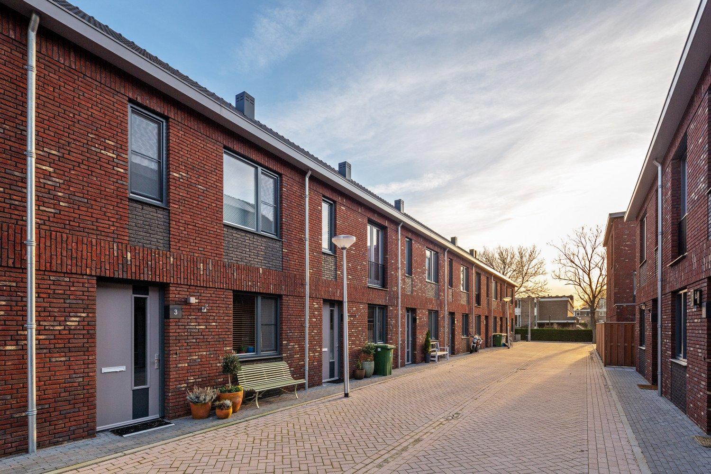 Straat aanzicht van nieuwbouw woonwijk De Marlot met 58 woningen ontwerp Heembouw Architecten