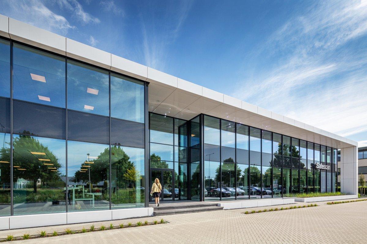 entree en gevel kantoor Safescan Zoetermeer ontwerp Heembouw Architecten