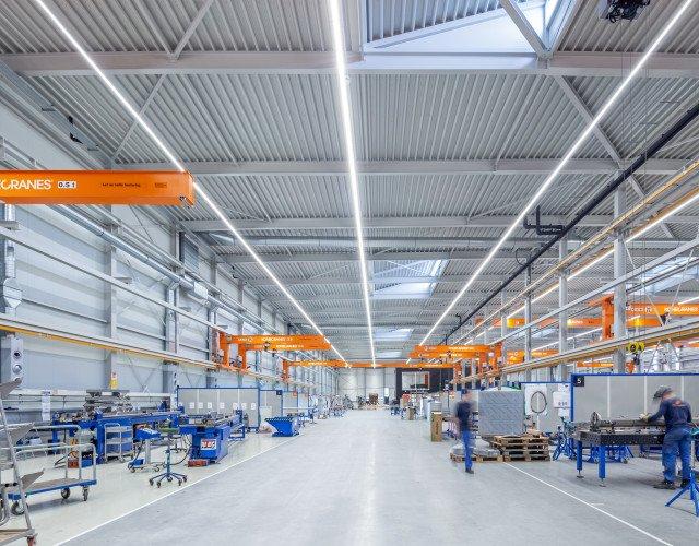 Bedrijfshal productielocatie met kantoor Orangeworks Oss ontwerp Heembouw Architecten