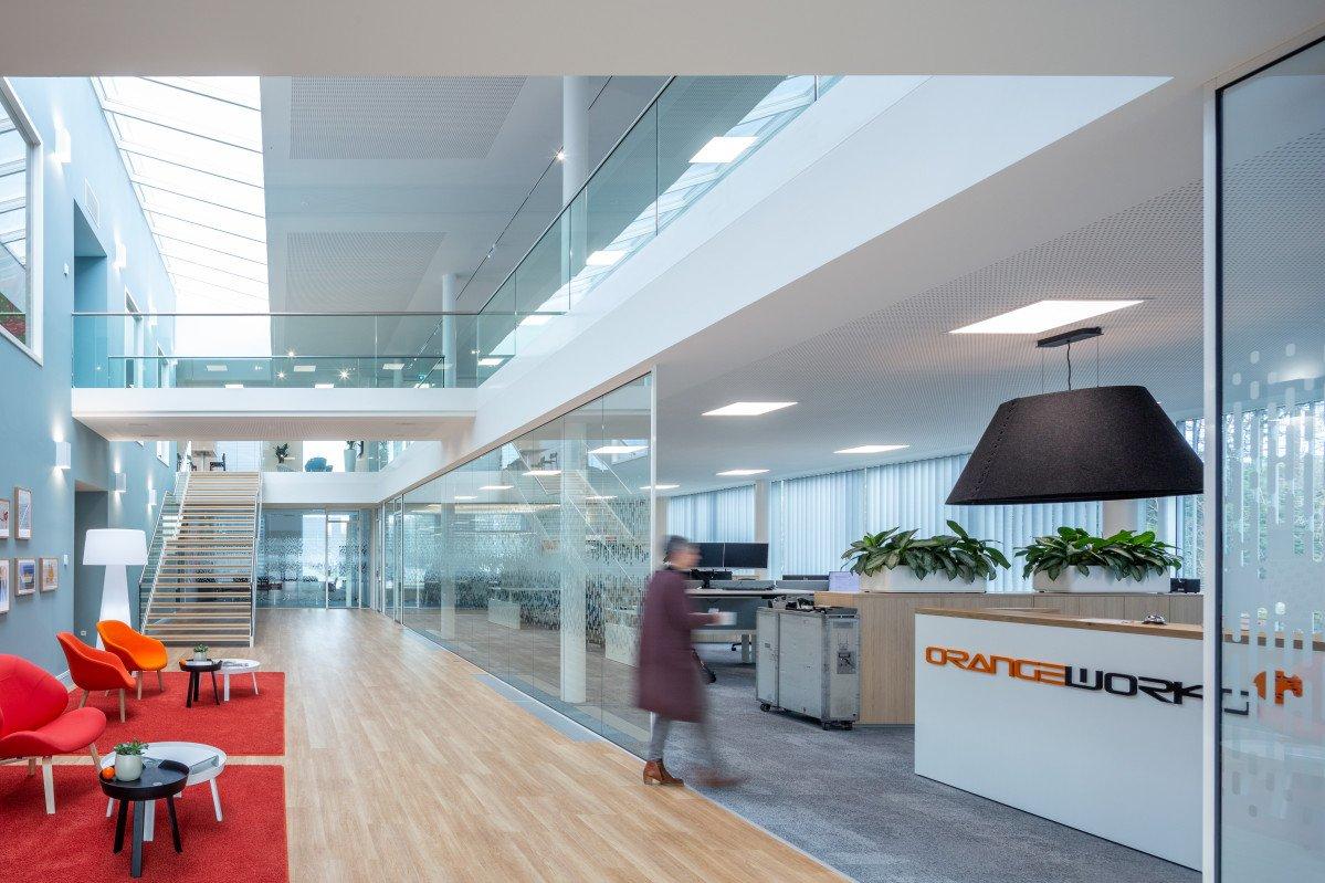 entree productielocatie met kantoor Orangeworks Oss ontwerp Heembouw Architecten