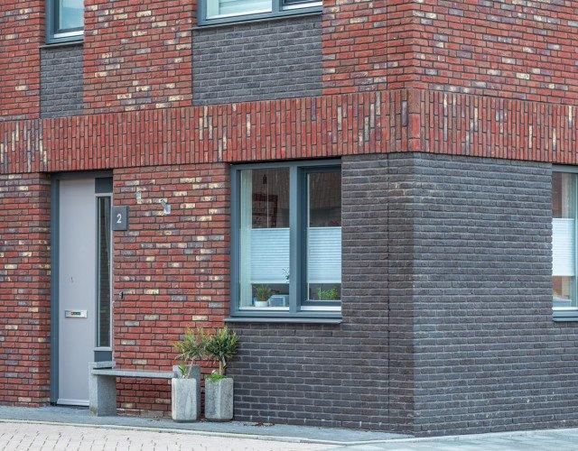Detail voordeur en gevel van Nieuwbouw woonwijk De Marlot met 58 woningen ontwerp Heembouw Architecten