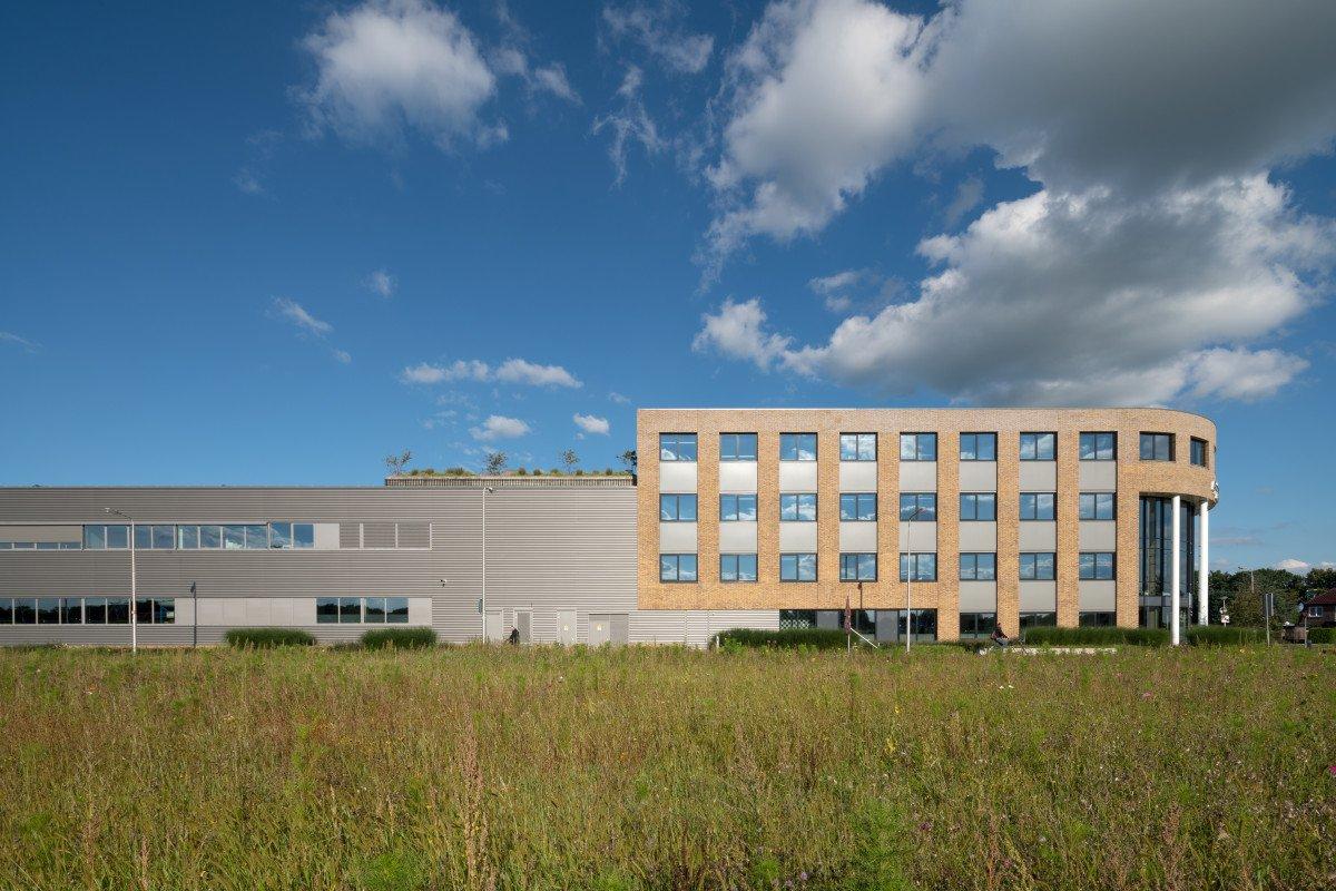 exterieur productielocatie met kantoor Applied Medical ontwerp Heembouw Architecten