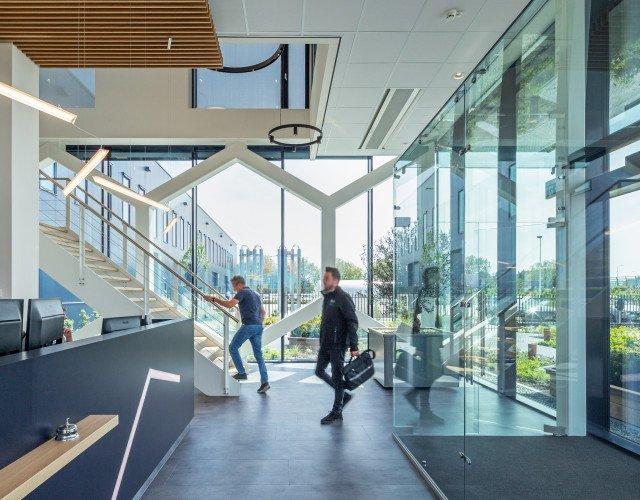 entree productiefaciliteit met kantoor Bosman van Zaal Aalsmeer