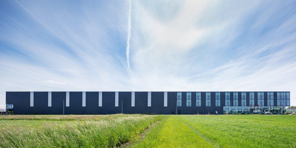 zijaanzicht exterieur productiefaciliteit Bosman van Zaal Aalsmeer