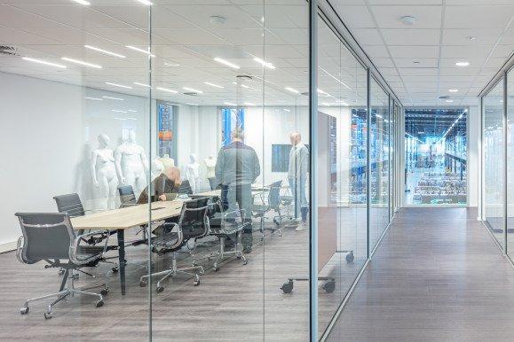 Het kantoor van DC Den Bosch met een doorkijk naar het warehouse