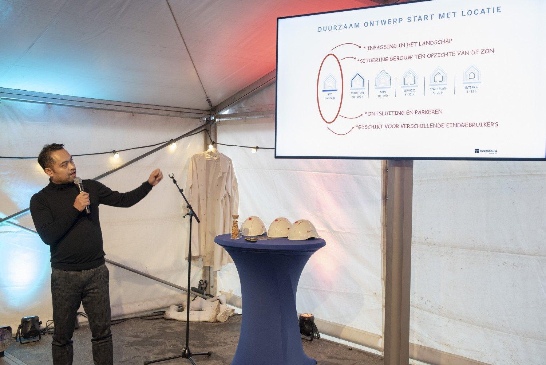Hung Tran, senior architect bij Heembouw Architecten, geeft een presentatie